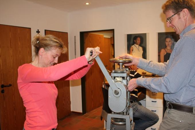 Eltern fertigen mit viel spas ein kommunionkreuz